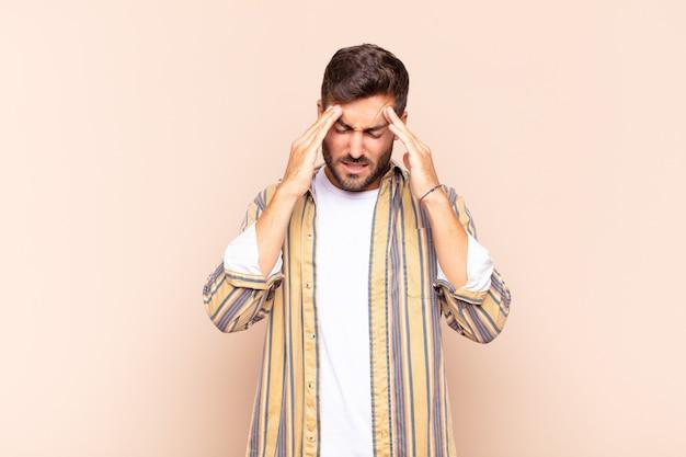 Jeune homme à la recherche de stressé et frustré, travaillant sous pression isolée