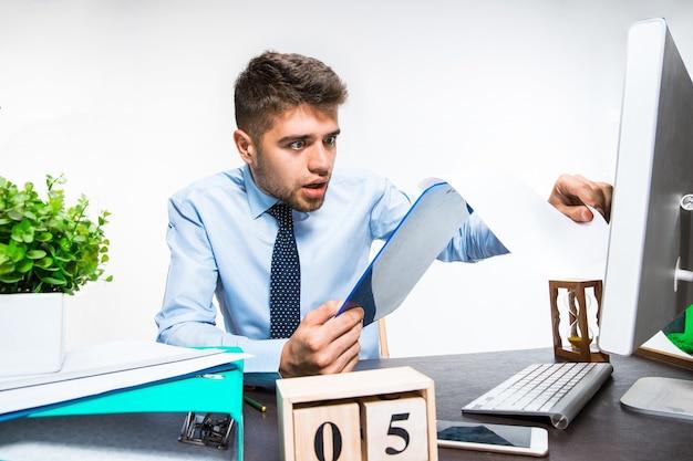 Jeune homme reçoit un message horrible et choquant. affaires, problèmes d'information.