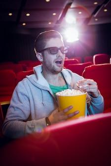 Jeune homme en regardant un film en 3d