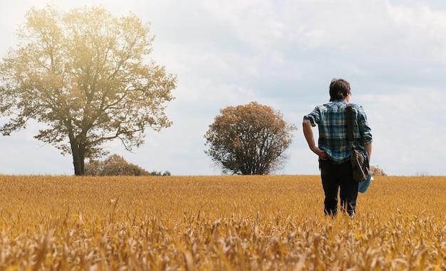 Un jeune homme regarde une carte saison d'automne