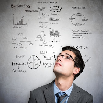 Jeune homme, regarder, affaires, diagrammes et diagrammes