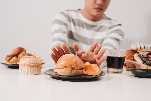 Jeune homme en régime amaigrissant et concept d'alimentation saine