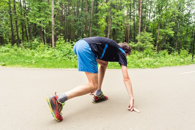 Jeune homme de remise en forme prêt à commencer à courir.