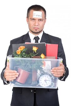 Jeune homme renvoyé de son travail avec des choses.