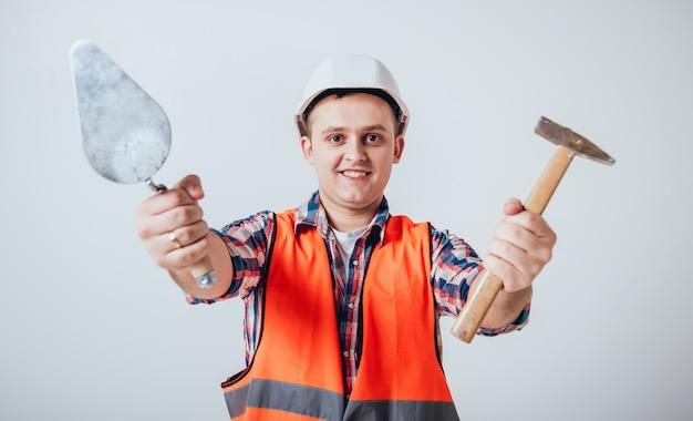 Le jeune homme répare leur maison.