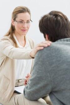 Jeune homme en réunion avec un psychologue