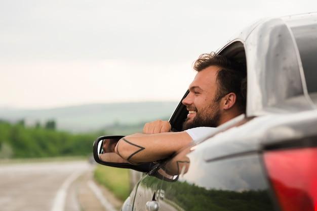Jeune homme sur un road trip