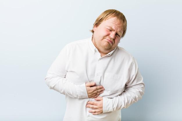 Jeune homme rousse authentique malade, souffrant de maux d'estomac