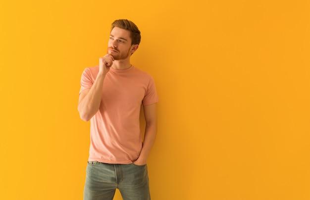 Jeune homme rousse doutant et confus