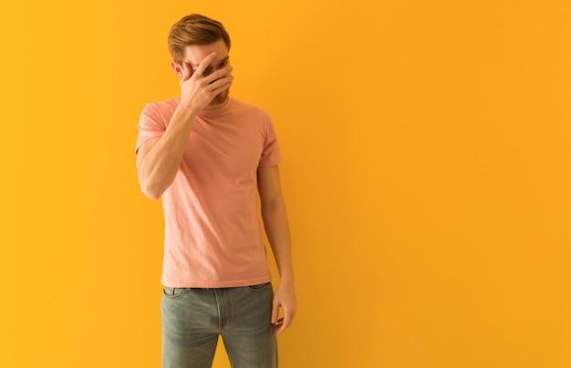 Jeune homme rousse embarrassé et riant en même temps