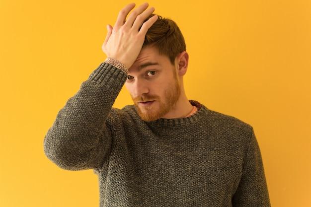 Jeune homme rousse face closeup inquiet et dépassé