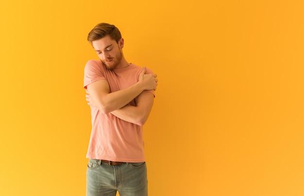 Jeune homme rousse se faisant un câlin