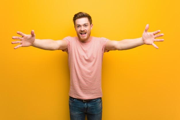 Jeune homme rousse très heureux de donner un câlin à l'avant