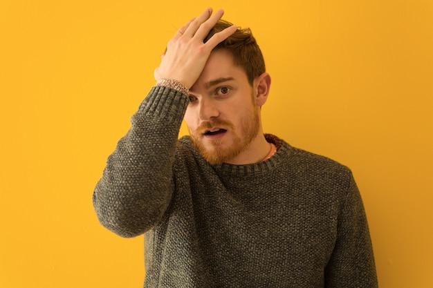 Jeune homme rousse visage gros plan fatigué et très fatigué