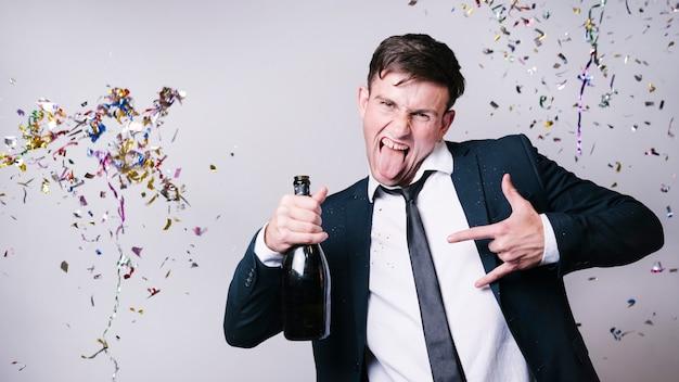 Jeune homme s'amusant à la fête
