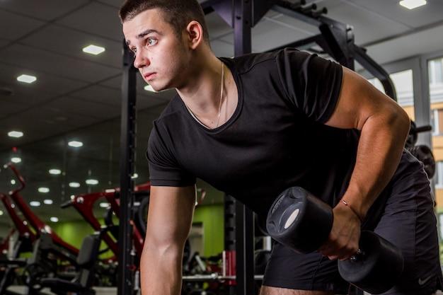 Jeune homme s'entraînant dans la salle de sport