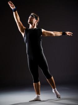 Jeune homme s'entraînant pour des danses de ballet