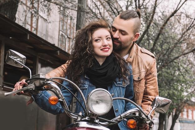 Jeune homme et sa petite amie sur une moto. histoire d'amour