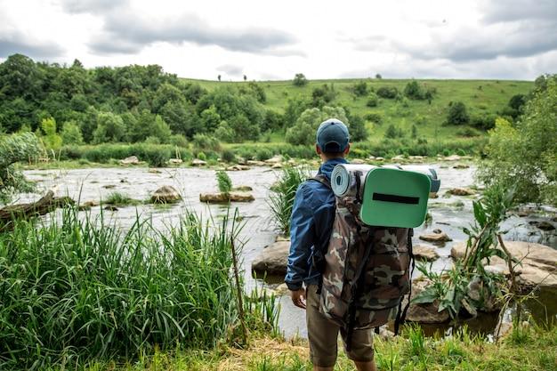 Un jeune homme avec un sac à dos de randonnée