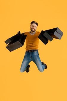 Jeune homme, à, sacs provisions, sauter