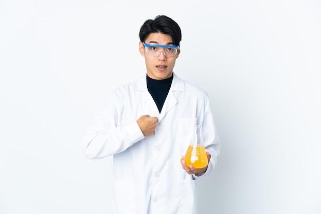 Jeune homme scientifique chinois isolé sur un mur blanc avec une expression faciale surprise
