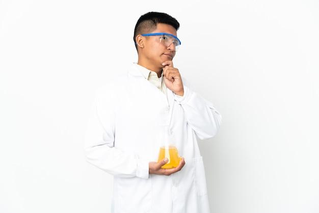 Jeune homme scientifique équatorien et levant les yeux