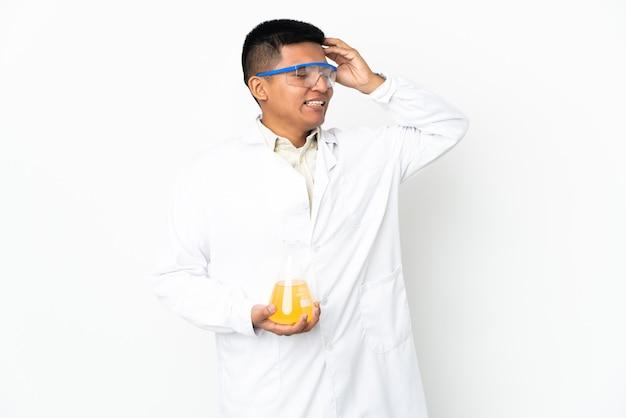 Jeune homme scientifique équatorien souriant beaucoup