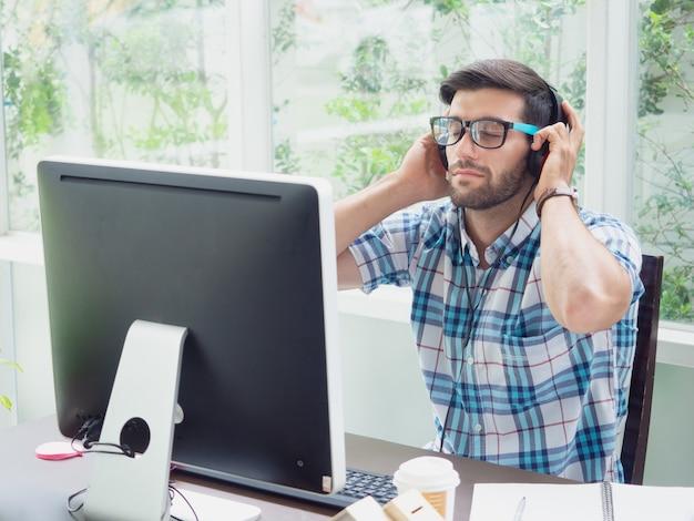 Jeune homme se détendre à la maison avec des écouteurs