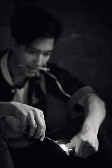 Un jeune homme se drogue dans une maison abandonnée