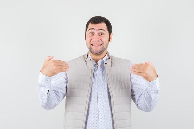 Jeune homme se montrant en chemise