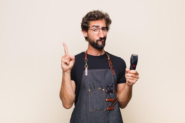 Jeune homme se sentant comme un génie tenant le doigt fièrement en l'air après avoir réalisé une excellente idée, disant eureka