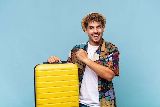 Jeune homme se sentant heureux, positif et prospère, motivé face à un défi ou célébrant de bons résultats. concept de vacances