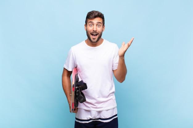 Jeune homme se sentant heureux, surpris et joyeux, souriant avec une attitude positive, réalisant une solution ou une idée