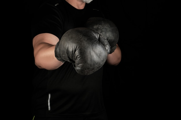 Jeune homme se tient dans un rack de boxe