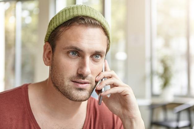 Jeune homme, séance, dans, café, conversation téléphone