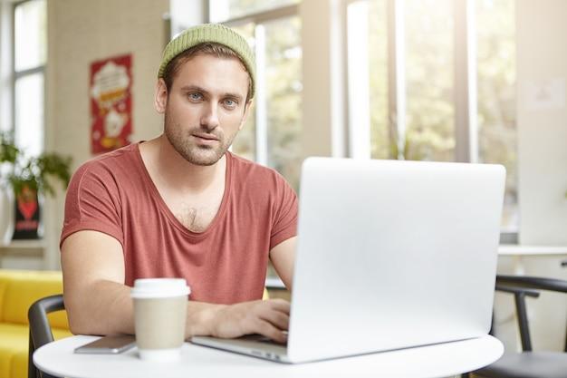 Jeune homme, séance, dans, café, à, ordinateur portable