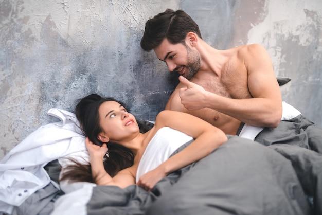 Jeune homme séduisant veut avoir des relations sexuelles avec sa femme
