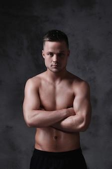 Jeune homme sexy torse nu posant
