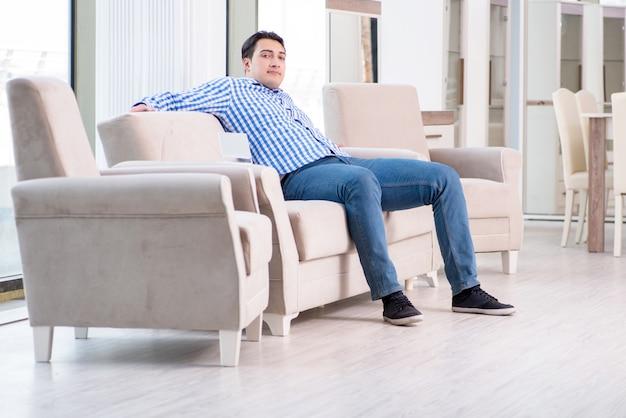 Jeune homme shopping dans un magasin de meubles