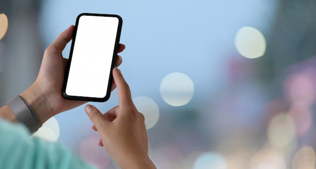 Jeune homme avec smartphone écran blanc