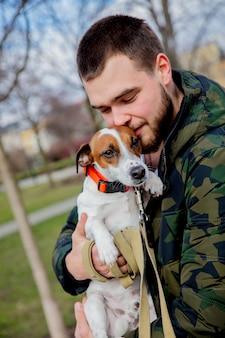 Jeune homme avec son chien, jack russell terrier,