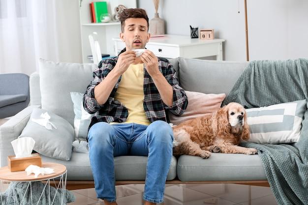Jeune homme souffrant d'allergie aux animaux domestiques à la maison