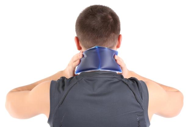 Jeune homme souffrant de douleurs au cou, sur blanc