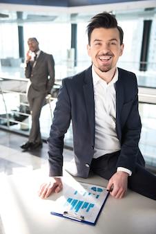 Jeune homme souriant travaillant