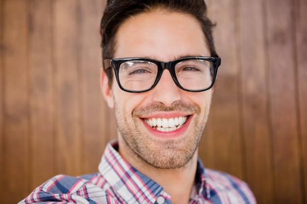 Jeune homme, sourire, appareil-photo