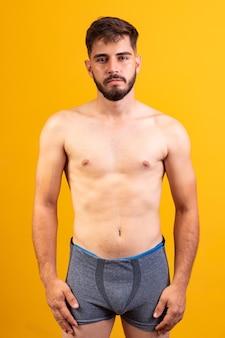 Jeune homme en sous-vêtements face à la caméra