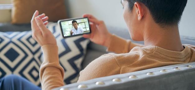 Jeune homme spécialiste de la conférence de streaming vidéo et écouter expliquer à la maison