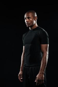 Jeune homme de sport afro-américain, à l'écart