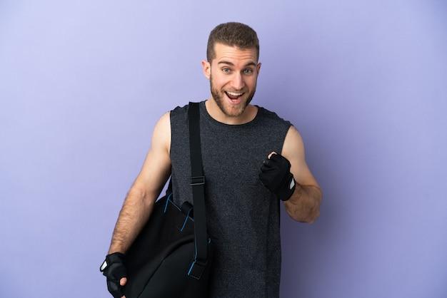 Jeune homme de sport avec sac de sport isolé