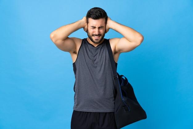 Jeune homme de sport avec sac de sport